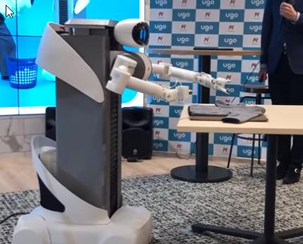 El dispositivo robotizado que coloca las prendas en la lavadora